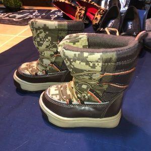 Oshkosh Boys camouflage toddler boots. Size 5M